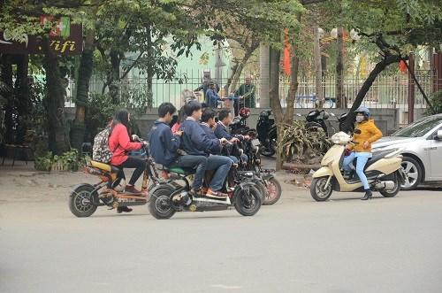 Nhiều học sinh vẫn đầu trần đi xe đạp điện - 3