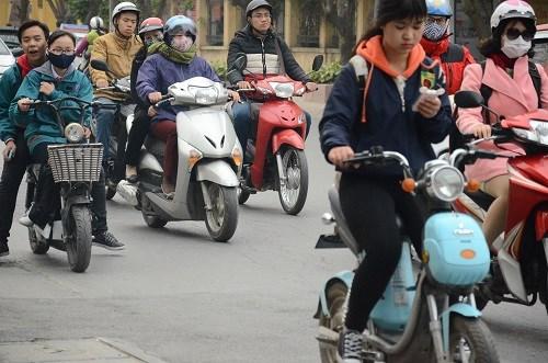 Nhiều học sinh vẫn đầu trần đi xe đạp điện - 4