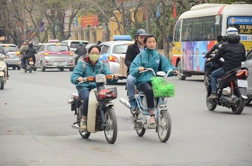 Nhiều học sinh vẫn đầu trần đi xe đạp điện - 5