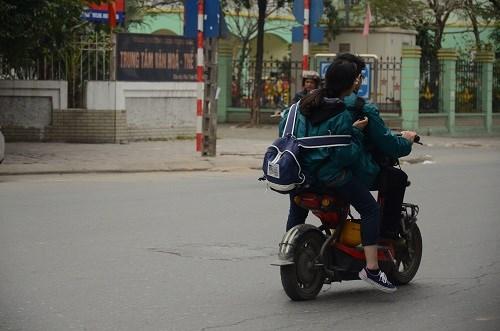 Nhiều học sinh vẫn đầu trần đi xe đạp điện - 6