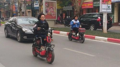 Nhiều học sinh vẫn đầu trần đi xe đạp điện - 7