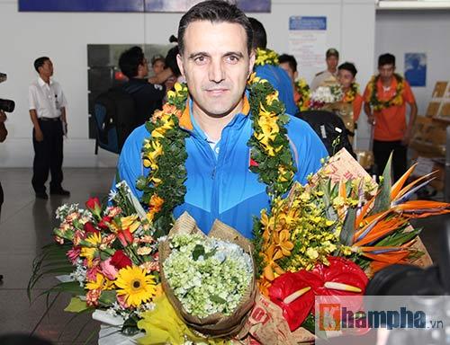 Vợ trẻ xinh đẹp đón người hùng futsal VN về nước - 4