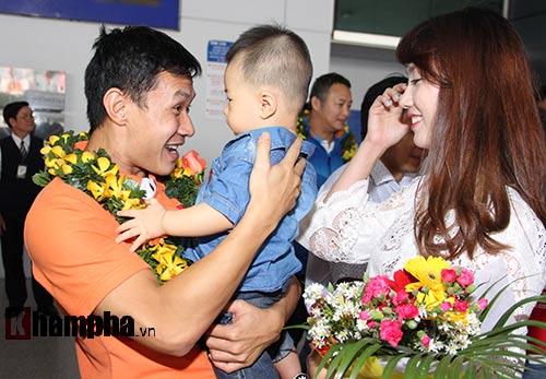 Vợ trẻ xinh đẹp đón người hùng futsal VN về nước - 6