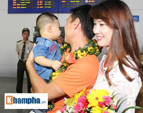 Vợ trẻ xinh đẹp đón người hùng futsal VN về nước - 8