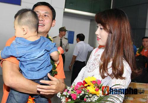 Vợ trẻ xinh đẹp đón người hùng futsal VN về nước - 7