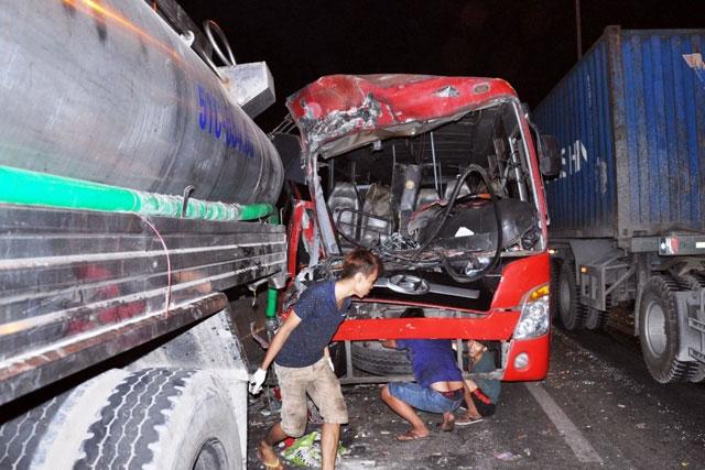 TP.HCM: Xe chở công nhân tông kinh hoàng vào xe bồn - 1