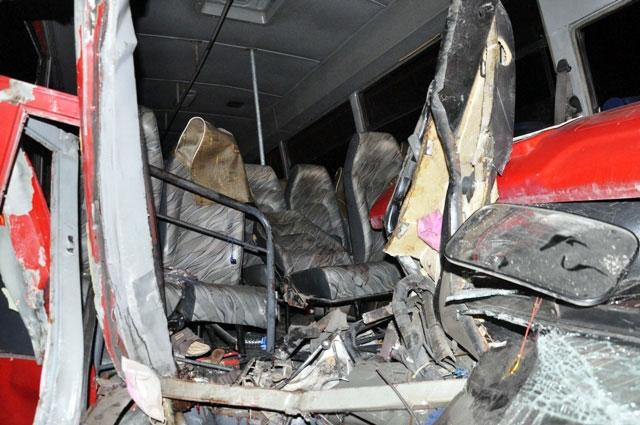 TP.HCM: Xe chở công nhân tông kinh hoàng vào xe bồn - 5