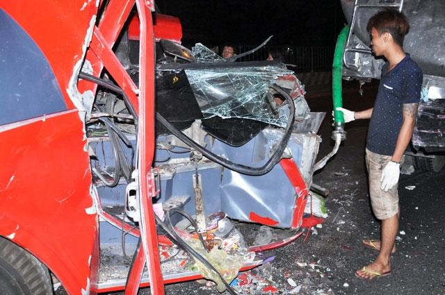 TP.HCM: Xe chở công nhân tông kinh hoàng vào xe bồn - 4