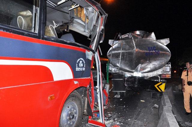 TP.HCM: Xe chở công nhân tông kinh hoàng vào xe bồn - 2