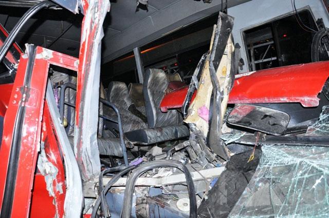 TP.HCM: Xe chở công nhân tông kinh hoàng vào xe bồn - 3