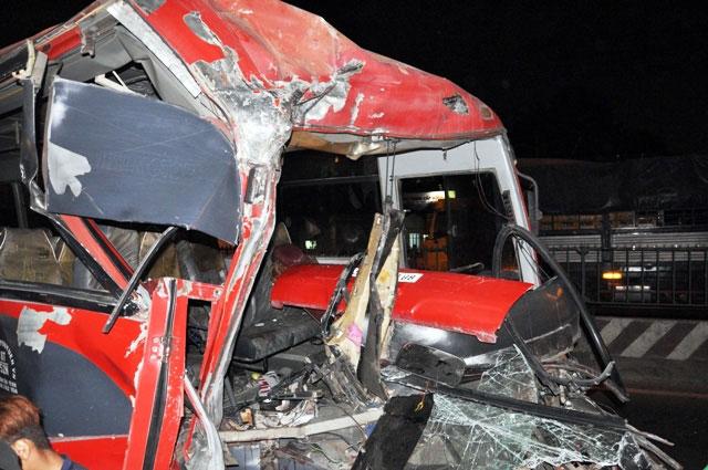 TP.HCM: Xe chở công nhân tông kinh hoàng vào xe bồn - 6