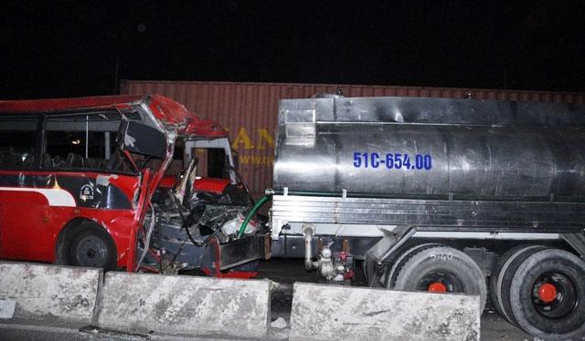 TP.HCM: Xe chở công nhân tông kinh hoàng vào xe bồn - 7