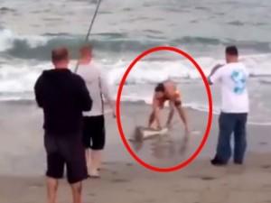 """Tình yêu - Giới tính - Người đàn ông gây phẫn nộ vì lôi cá mập lên bờ """"tự sướng"""""""