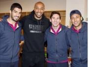 """Bóng đá - Henry """"ôm vai bá cổ"""" bộ ba Barca, fan Arsenal nóng mặt"""