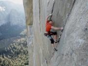 Phi thường - kỳ quặc - Thót tim với màn leo núi đá 914 mét bằng tay không