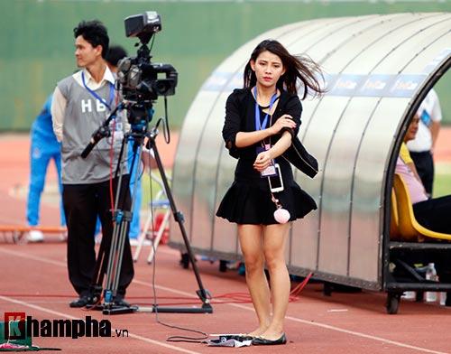 Nữ phóng viên Trung Quốc xinh đẹp thích Công Vinh chơi bóng - 1