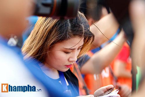 Nữ phóng viên Trung Quốc xinh đẹp thích Công Vinh chơi bóng - 2