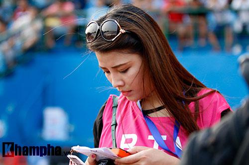Nữ phóng viên Trung Quốc xinh đẹp thích Công Vinh chơi bóng - 3