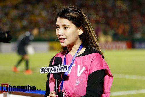 Nữ phóng viên Trung Quốc xinh đẹp thích Công Vinh chơi bóng - 9