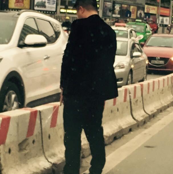 Nam thanh niên xuống ô tô, tiểu bậy giữa phố đông người - 2