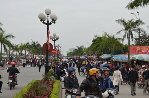Hơn 2.000 người chia 5 vòng bảo vệ lễ hội đền Trần - 1