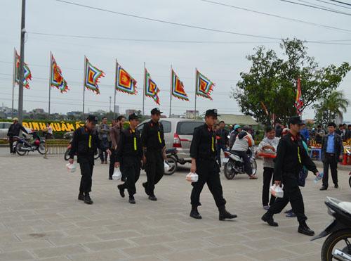 Hơn 2.000 người chia 5 vòng bảo vệ lễ hội đền Trần - 3