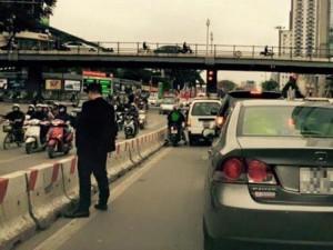 Tin tức Việt Nam - Truy tìm nam thanh niên đi ô tô, tiểu bậy giữa phố
