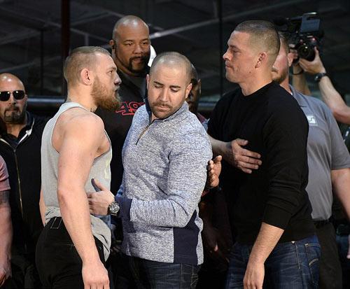 """""""Gã điên"""" UFC chơi liều nhảy 2 hạng cân đấu đối thủ - 1"""