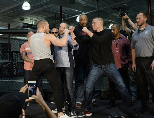 """""""Gã điên"""" UFC chơi liều nhảy 2 hạng cân đấu đối thủ - 2"""