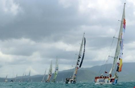 Doanh nhân tầm cỡ thế giới mặc quần đùi đua thuyền buồm - 1