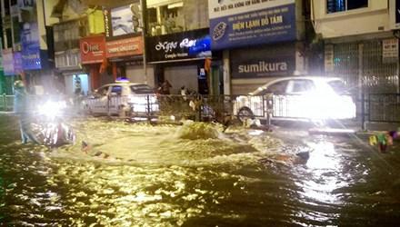 """Nước phun lên từ """"lòng đất"""" đường phố Hà Nội ngập lênh láng - 1"""