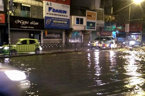 """Nước phun lên từ """"lòng đất"""" đường phố Hà Nội ngập lênh láng - 2"""