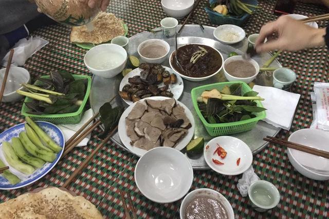 Lạ kỳ chuyện đầu năm ăn thịt chó… cầu may - 1