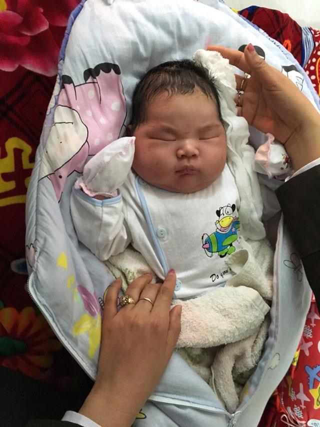Bé trai nặng kỷ lục 6,1 kg chào đời ở Nam Định - 1
