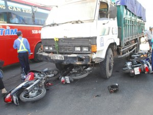 Tin tức Việt Nam - Clip: Vượt đèn đỏ, 7 xe máy bị cuốn vào gầm xe tải
