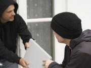 An ninh Xã hội - Mang laptop ra cửa nhà dò sóng Wifi bị cướp giật