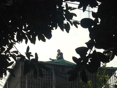 Thanh niên nghi ngáo đá, cố thủ trên nóc nhà dân - 1