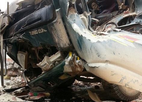 Xe tải kéo đổ cổng làng, tài xế chết kẹt trong ca bin - 2