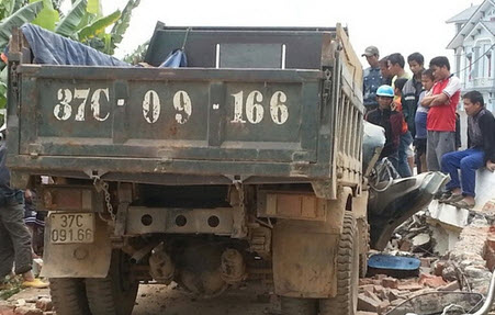 Xe tải kéo đổ cổng làng, tài xế chết kẹt trong ca bin - 1