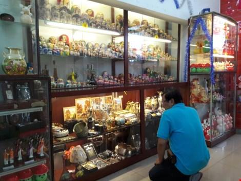Chợ nước ngoài ở Sài Gòn: Chợ Nga với búp bê và rượu - 2