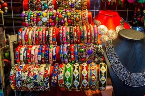 Chợ nước ngoài ở Sài Gòn: Chợ Nga với búp bê và rượu - 3