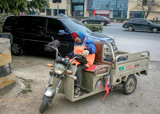 Xót thương cụ bà nhặt rác ngủ quên trên đường vì kiệt sức - 1