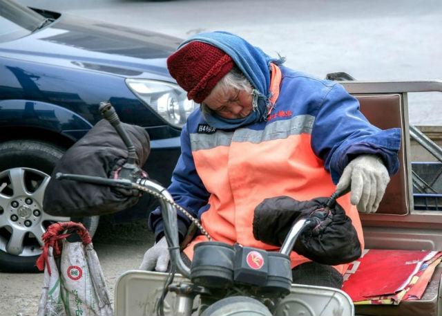 Xót thương cụ bà nhặt rác ngủ quên trên đường vì kiệt sức - 2