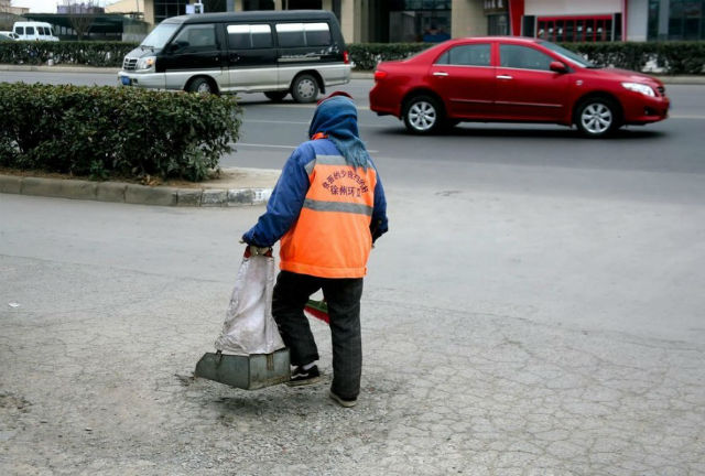Xót thương cụ bà nhặt rác ngủ quên trên đường vì kiệt sức - 3