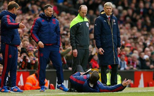 Van Gaal kung-fu như Cantona, thú vị không kém Mourinho - 1