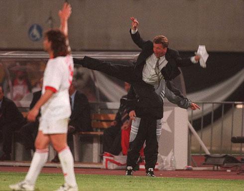 Van Gaal kung-fu như Cantona, thú vị không kém Mourinho - 2