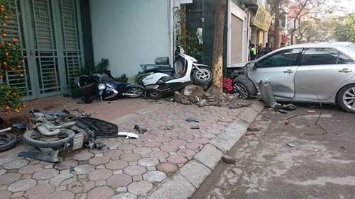 """HN: Camry """"điên"""" gây tai nạn liên hoàn, 3 người chết thảm - 2"""