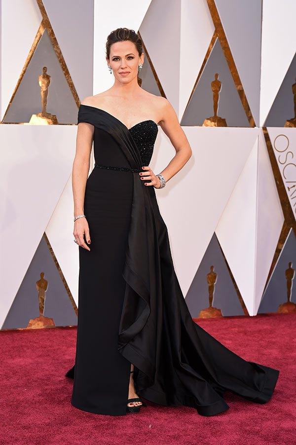 Váy hở vai, cổ V gợi cảm phủ kín thảm đỏ Oscar - 10