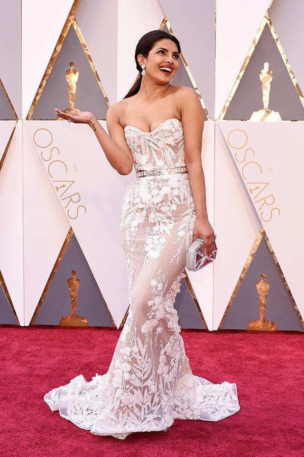 Váy hở vai, cổ V gợi cảm phủ kín thảm đỏ Oscar - 1