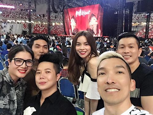 Facebook sao 29/2: Hà Hồ tươi rói ở đảo quốc Singapore - 2